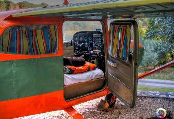 Le Cessna de Natura Lodge – Lit collé-serré pour amoureux ou enfants désirant jouer les pilotes en herbe ©D.R.
