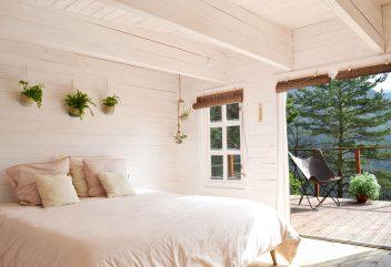 La Cabane du Val – Intérieur (chambre) et extérieur ©D.R.