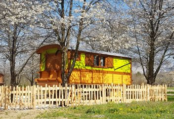 Les roulottes de Verconoix – Vue extérieure au printemps ©D.R.