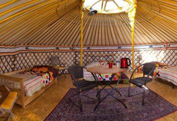 Les yourtes de Natura Lodge – Intérieur douillet et coloré d'une yourte mongole ©D.R.