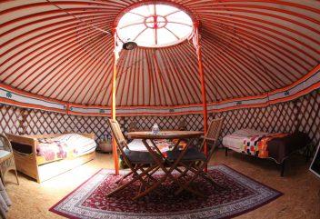 Les yourtes de Natura Lodge – Intérieur de yourte mongole ©Olan BATOR