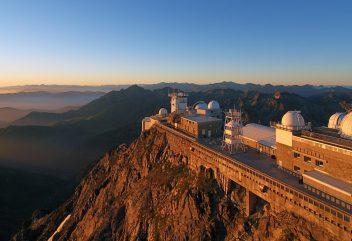 L'observatoire du Pic du Midi – Lever de soleil ©P.COMPERE