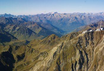 L'observatoire du Pic du Midi – La chaîne des Pyrénées / Vue aérienne ©DominiqueVIET